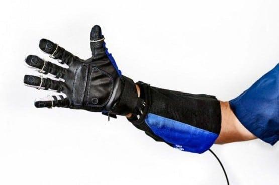 Penggunaan Sarung Tangan Robot Pada Pabrik Otomotif